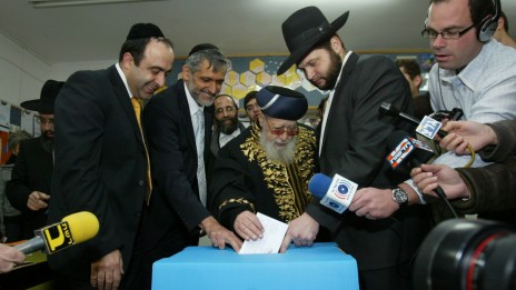 עובדיה יוסף מצביע בבחירות לכנסת, 10.2.2009 (צילום: אוליבייה פיטוסי)