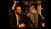 """""""צא בחוץ"""", הרב עובדיה יוסף (מימין) מצווה על אריה דרעי היושב שלצידו שלא לענות לשאלות הכתב ניצן חן, מרץ 1999 (צילום מסך)"""