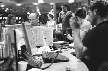 מימין: גיא סודרי, העורך; במרכז: יובל טורבינר, המפיק (צילום: יעקב רונן מורד)