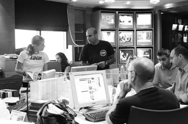 דסק החדשות: תלות הדדית של כל חברי הצוות (צילום: יעקב רונן מורד)