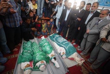גופות הילדים והאם הפלסטינים שנהרגו ברצועת עזה (צילום: פלאש 90)