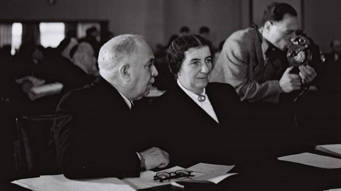 """גולדה מאיר ודוד רמז בישיבת הכנסת הראשונה, 26.12.1949 (צילום: הנס פין, לע""""מ)"""