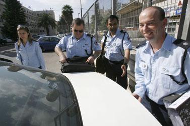 חוקרי משטרה יוצאים ביום שישי האחרון מפגישה עם מני מזוז, לאחר שחקרו את ראש הממשלה (צילום: פלאש 90)