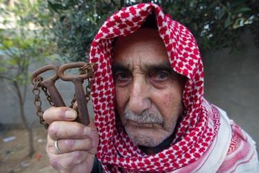 מוחמד ג'אבר הוריקן, בן 80 מרפיח, מחזיק את המפתחות לבית שהשאיר, לדבריו, בג'וליס (צילום: עבד רחים כתיב, 11 למאי 2008)