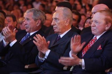 """מוחאים כפיים באותו הקצב. מימין: הביליונר שלדון אדלסון, שמעון פרס וג'ורג' בוש ב""""ועידת הנשיא"""" (צילום: נתי שוחט)"""