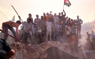 פלשתינאים משתלטים על קבר יוסף. שכם, 17 לאוקטובר 2000 (צילום: פלאש 90)