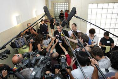 """עו""""ד נבות תל-צור, אחד מפרקליטיו של ראש הממשלה אהוד אולמרט, מדבר עם עיתונאים אחרי החקירה הנגדית של משה טלנסקי (צילום: קובי גדעון, 17.7.2008)"""