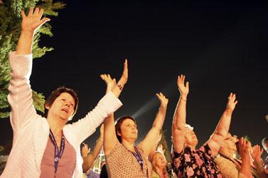 טקס של הטלוויזיה הנוצרית God TV, מתפללים בעיר העתיקה בירושלים (צילום: קובי גדעון)