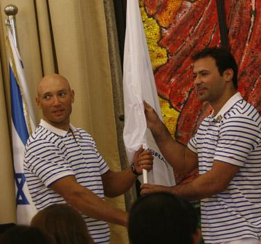 אריק זאבי מעביר את הדגל האולימפי למיכאל קולגנוב, בטקס בבית הנשיא (צילום: מרים אלסטר, 22 ביולי 2008)
