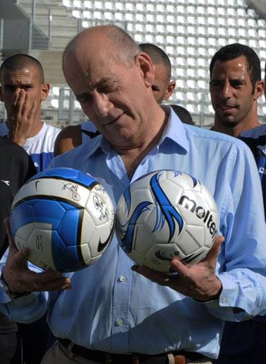 ראש הממשלה היוצא אהוד אולמרט מבקר במועדון הפועל קרית שמונה (צילום: פלאש 90)