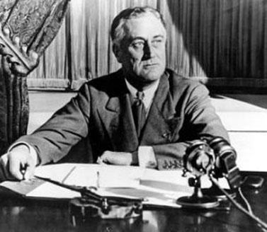 """נשיא ארצות-הברית פרנקלין רוזוולט באולפן הרדיו ממנו שידר את """"שיחות ליד האש המבוערת"""" (צילום: ממשלת ארה""""ב, PB)"""