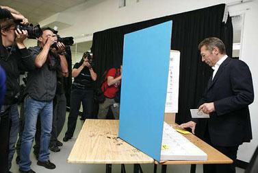 ארקדי גאידמק מצביע בבחירות המקומיות בירושלים (צילום: מיכל פתאל)