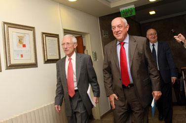 נגיד בנק ישראל סטנלי פישר (משמאל) ושר האוצר רוני בר-און בדרכם לישיבת קבינט. ירושלים, 12.10 (צילום: דניאל בר-און)