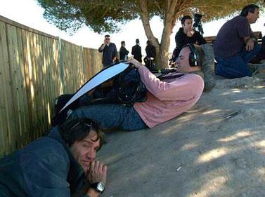 עיתונאים זרים מסתתרים בעת אזעקת קסאם בגבול הדרום, 6.1.08 (צילום: פלאש 90)