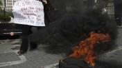 אנשי ערוץ 10 שורפים צמיגים בהפגנה מול בניין הרשות השנייה בירושלים, 29 בינואר (צילום: קוסי גדעון)