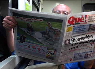 """אלמוני קורא את החינמון """"Que!"""" ברכבת בספרד"""