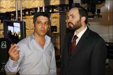 """השר אטיאס עם יו""""ר חברת החדשות של ערוץ 2, אבי וייס, בעת חנוכת אולפן חדש. 8 בנובמבר 2008 (צילום: מיכל פתאל)"""