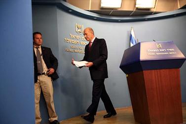 ראש הממשלה לאחר שהודיע בנאום לאומה על כשלון המשא-ומתן לקיום עסקה לשחרור שליט, 17 במרץ (צילום: יוסי זמיר)