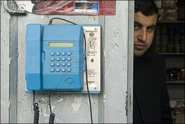 מלמעלה למטה: טלפונים ציבוריים בשדרות, בירושלים ובבית-לחם (צילומים: נתי שוחט, פלאש 90)