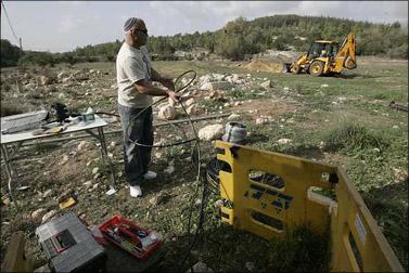 תיקון קו התקשורת לירושלים, שנפגע על-ידי טרקטור שניתק עשרות אלפי תושבים משירותי הטלפון הנייד והאינטרנט. 8 בדצמבר 2008 (צילום: אנה קפלן)