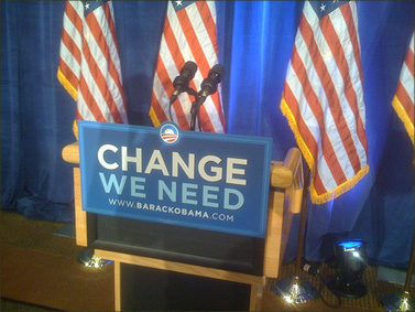 פודיום, לפני מסיבת עיתונאים של ברק אובמה בזמן קמפיין הבחירות (צילום: bondad, רשיון CC)