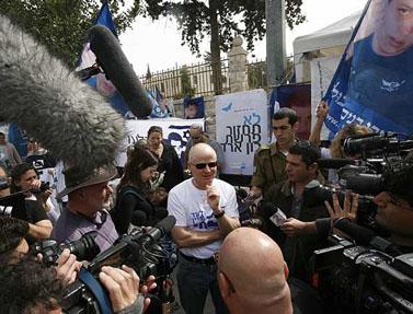 נעם שליט מתראיין, מאהל המחאה ליד בית ראש הממשלה, 8 במרץ (צילום: מרים אלסטר)