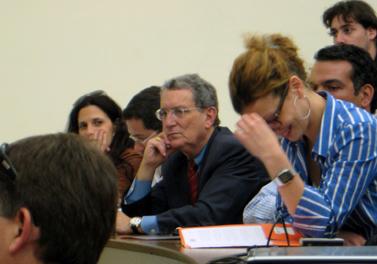היועץ סטנלי גרינברג (במרכז), בכנס בהרצליה