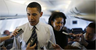ברק ומישל אובמה עונים לעיתונאים במטוס, במהלך הקמפיין לנשיאות (צילום: אתר הבחירות הרשמי)
