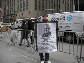 """מפגין בודד בניו-יורק. על השלט, מתחת לדיוקנו של לימבו, נכתב: """"פרצופו של שיח השנאה"""" (צילום: ג'סיקה דניאלס, רשיון CC)"""