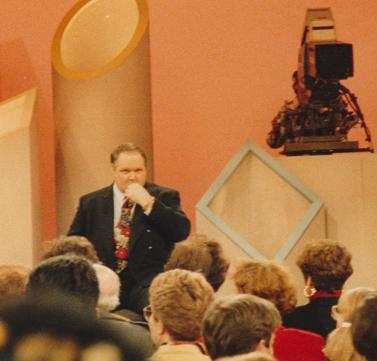 ראש לימבו מתארח בתוכניתו של פיל דונהיו. ניו-יורק, 1991 (צילום: אדי ש', רשיון CC)