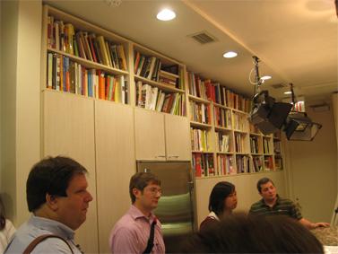 """סטודיו-מטבח בבניין ה""""שיקגו טריביון"""", שבו בוחנים מתכונים לפני פרסומם. בארון הקיר: ספרי בישול (צילום: דן פרי, CC-by)"""