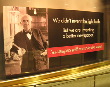 """""""לא המצאנו את נורת החשמל, אבל אנו ממציאים עיתון טוב יותר"""". כרזת פרסומת עצמית בבניין ה""""שיקגו טריביון"""" (צילום: דן פרי, CC-by)"""