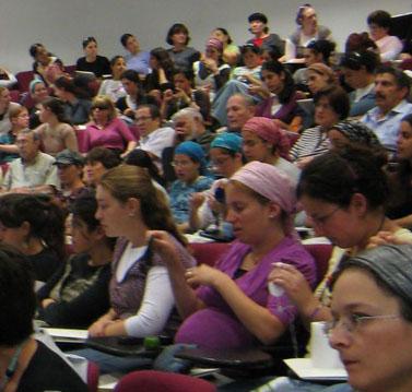 """קהל בכנס עמדו""""ת במכללת אורות באלקנה (צילום: """"העין השביעית"""")"""