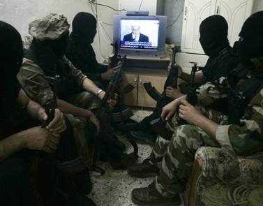 אנשי הג'יהאד-האסלאמי ברפיח צופים בנאומו של נתניהו (צילום: עבד רחים כתיב)
