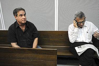 העיתונאי דן מרגלית (מימין), אביה של שירה מרגלית, ומיקי, אחיו של דודו טופז, היום בבית-המשפט (צילום: יוסי זליג)