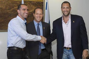 מימין: גומא אגייאר, ניר ברקת, איציק קורנפיין. שלשום בירושלים (צילום: אוליביה פיטוסי)