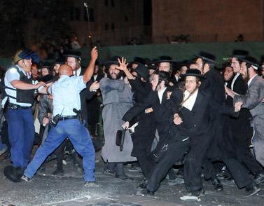 התפרעויות חרדים בירושלים, 16 ביולי 2009 (צילום: משה הולצמן)