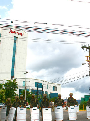 חיילים מתכוננים לחסום מפגינים העושים דרכם למשכן הנשיאות (צילום: Jlduron, רשיון cc-by-nc)