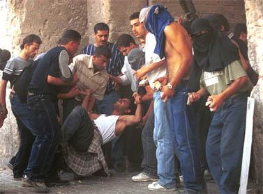 התנגשויות עם כוחות הביטחון ליד שער האריות בירושלים, 6 באוקטובר 2000 (צילום: נתי שוחט)