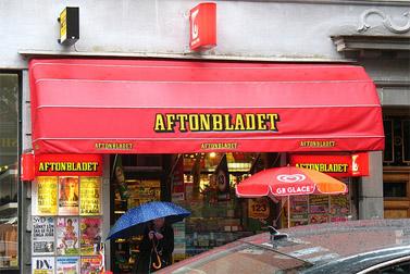 """דוכן עיתונים בשטוקהולם, הנושא את שם המותג """"אפטון בלאדט"""" (צילום: vilseskogen, רשיון cc)"""