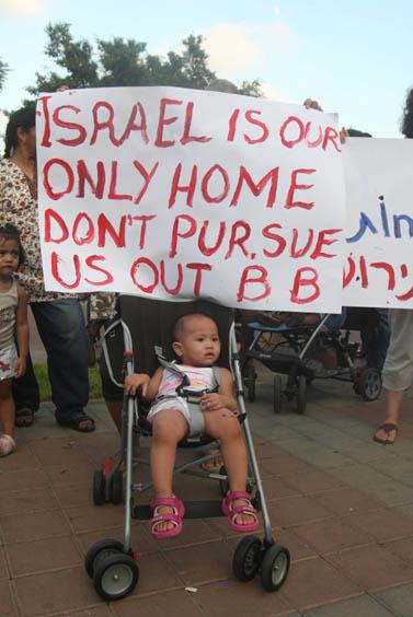 הפגנה נגד גירוש ילדי העובדים הזרים, אתמול בתל-אביב (צילום: רוני שוצר)