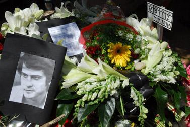 זרים ומזכרות על קברו של דודו טופז, אתמול (צילום: גיל יערי)