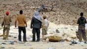 פלסטינים צופים בחיפוש שרידי מטוסו של אסף רמון, סמוך לחברון (צילום: Najeh Hashlamoun)