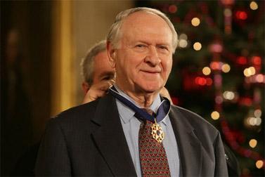 """הנשיא בוש מעניק לוויליאם ספייר את """"מדליית החירות"""", 2006 (צילום: הבית הלבן)"""