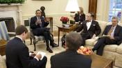 """ברק אובמה נפגש עם עיתונאים מה""""טולדו בלייד"""" וה""""פיטסבורג פוסט-גאזט"""" (צילום: צ'אק קנדי, הבית הלבן. שימוש ע""""פ רישיון ממשלתי)"""