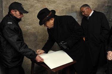 שר הביטחון אהוד ברק מבקר באושוויץ-בירקנאו. 15.10.09 (צילום: אריאל חרמוני/משרד הביטחון/פלאש 90)
