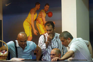 חוקרי רשות המסים פושטים על משרדי ההנהלה של קבוצת הכדורסל מכבי תל-אביב (צילום: רוני שוצר)
