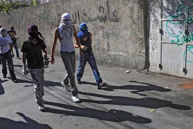 צעירים רעולי פנים בראס אל-עמוד, 6.10.09 (צילום: נתי שוחט)