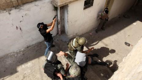 שוטרים במדים ומסתערבים עוצרים מפגין פלסטיני, ראס אל-עמוד, 9.10.09 (צילום: קובי גדעון)