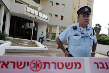 שוטרים בפתח ביתו של מוני פנאן ברמת-אביב עם היוודע דבר התאבדותו. 19.10.09 (צילום: אורי לנץ)